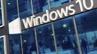 Windows 10 z reklamą na ekranie blokady